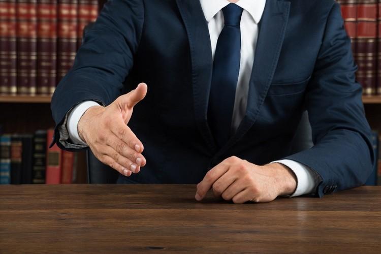 Radca prawny czy adwokat – do kogo lepiej się zwrócić?