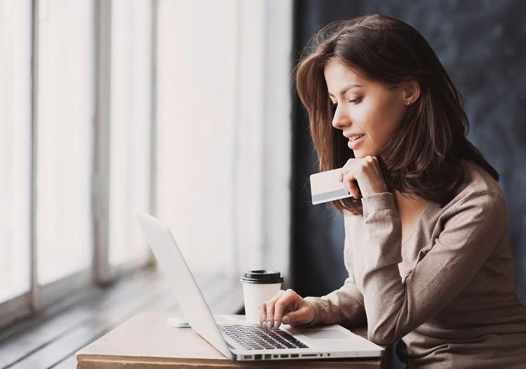 Kredyt online – jak przebiega proces pożyczania pieniędzy przez Internet?