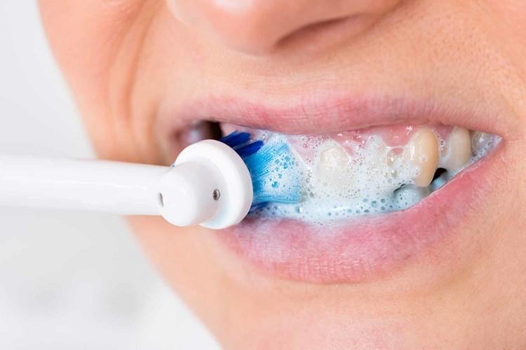 Którą szczoteczkę wybrać do czyszczenia aparatu ortodontycznego?