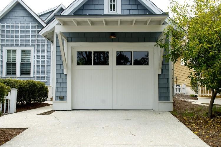 Wymiana starej bramy garażowej na nową – co wybrać?