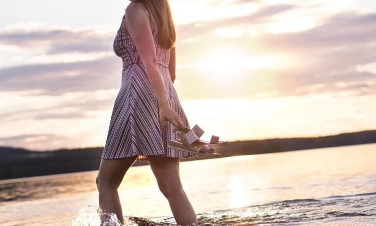 Płaskie sandały - do czego pasują, jak nosić oraz najmodniejsze stylizacje