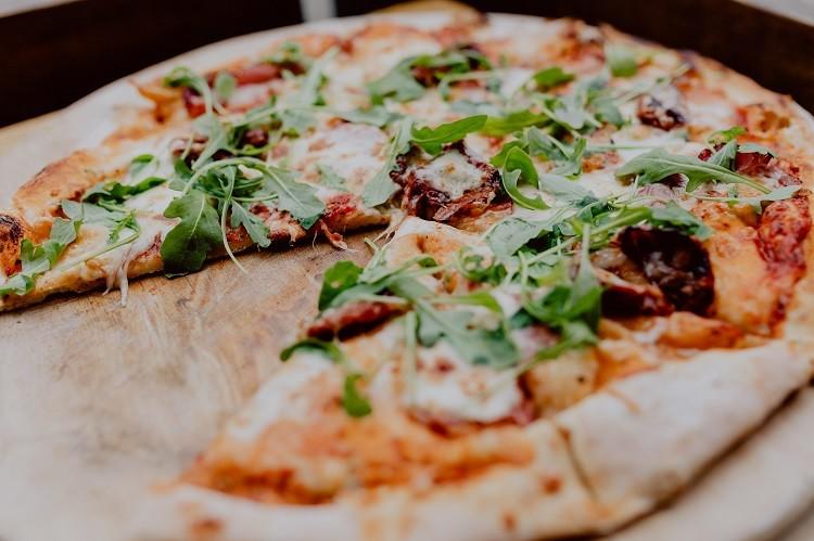 Dobra pizza – w domowym zaciszu czy raczej w pizzerii?