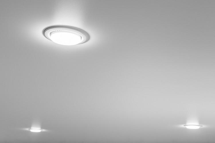 Oświetlenie sufitu podwieszanego w domu jednorodzinnym - istotne wskazówki