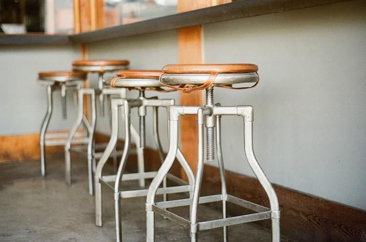 Stół i krzesła barowe – czy to w ogóle pasuje?