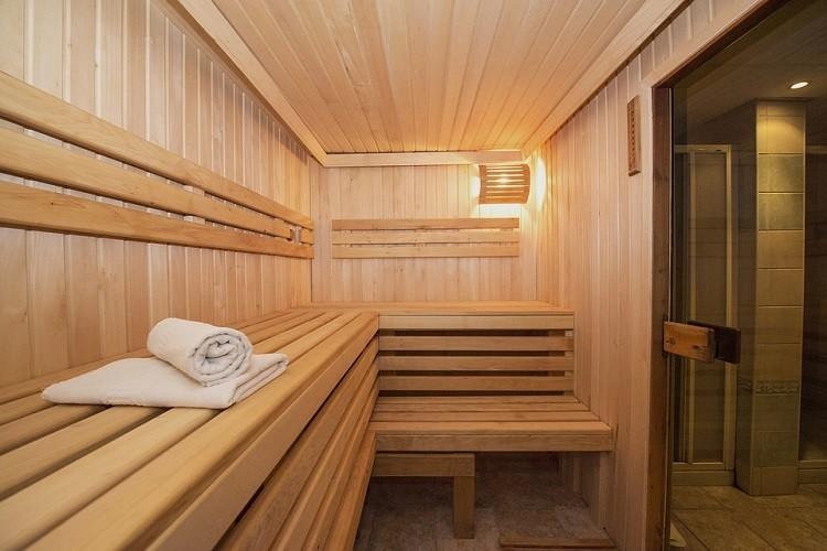 Zalety korzystania z sauny, na przykładzie sauny fińskiej