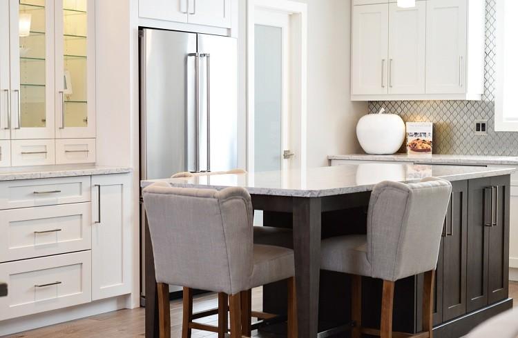Urządzamy kuchnię od zabudowy po krzesła barowe