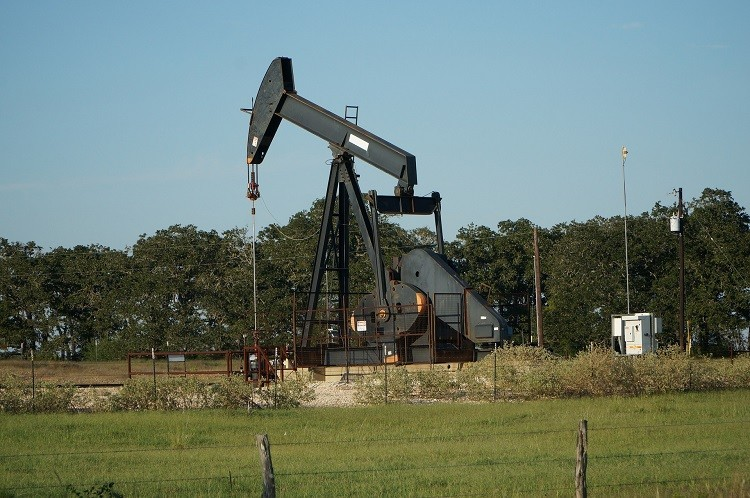 Poznaj surowce chemiczne – celestyn, fluoryt i ropę naftową