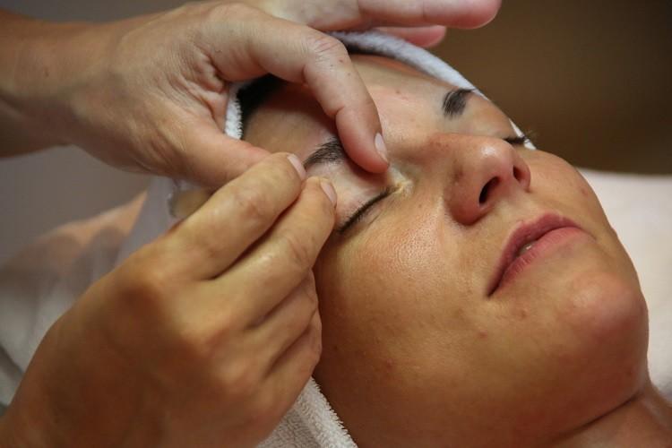 Oczyszczanie twarzy w salonie kosmetycznym. Jakie zabiegi oferują polskie…
