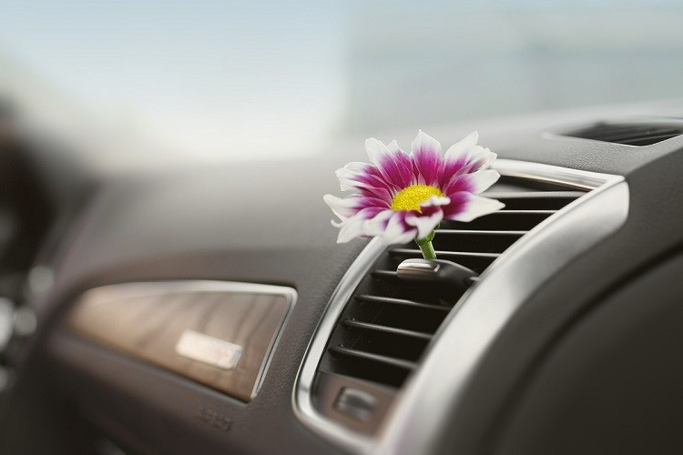Zapach samochodowy, czyli czym pachnie nasze auto?