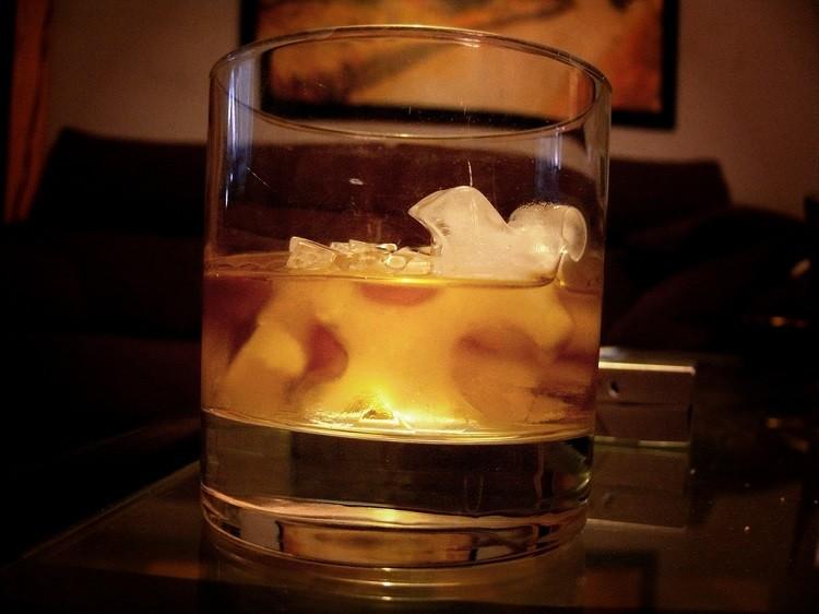 Whisky z colą, wodą czy lodem? Jak pić ten trunek