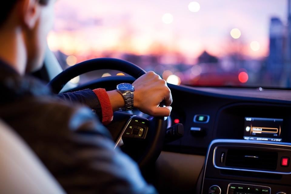 Bezpieczna jazda samochodem – o czym pamiętać?