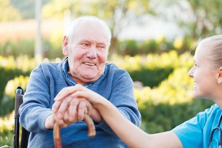 Praca jako opiekunka osób starszych w Niemczech. Czy warto wyjechać?