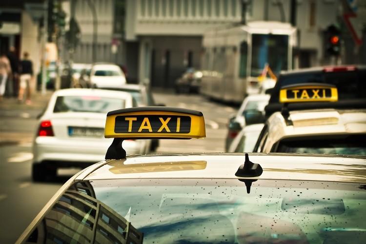 Taksówka czy przewóz osób – jak je odróżnić i nie przepłacić za dojazd?