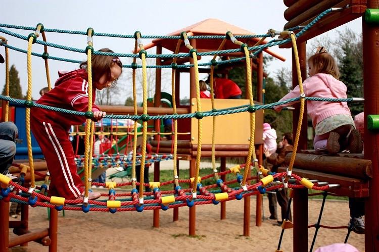 Bezpieczeństwo na placu zabaw – co warto wiedzieć