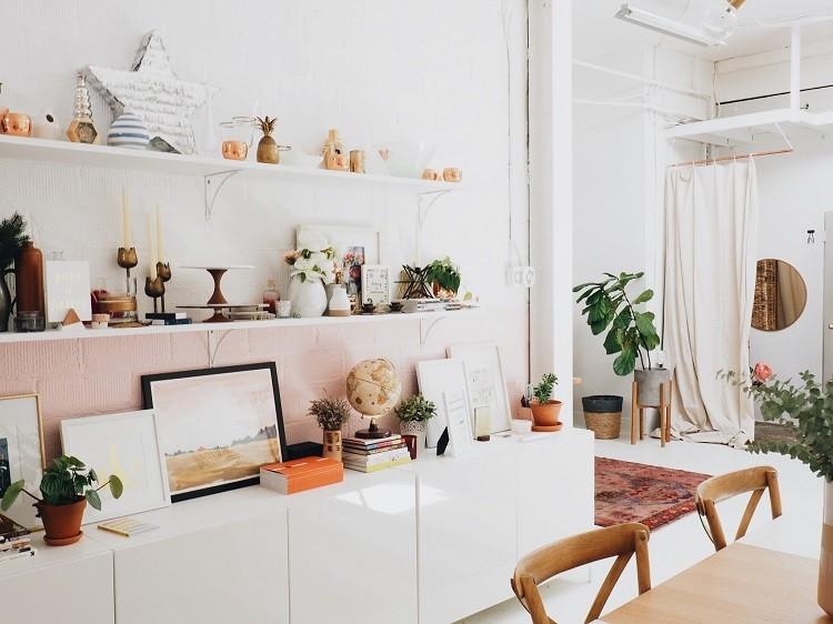 Biała ława do salonu, czyli luksus w kolorach bieli