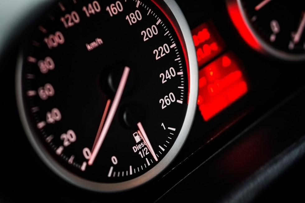 Dlaczego warto czytać umowę przy wynajmie samochodu?