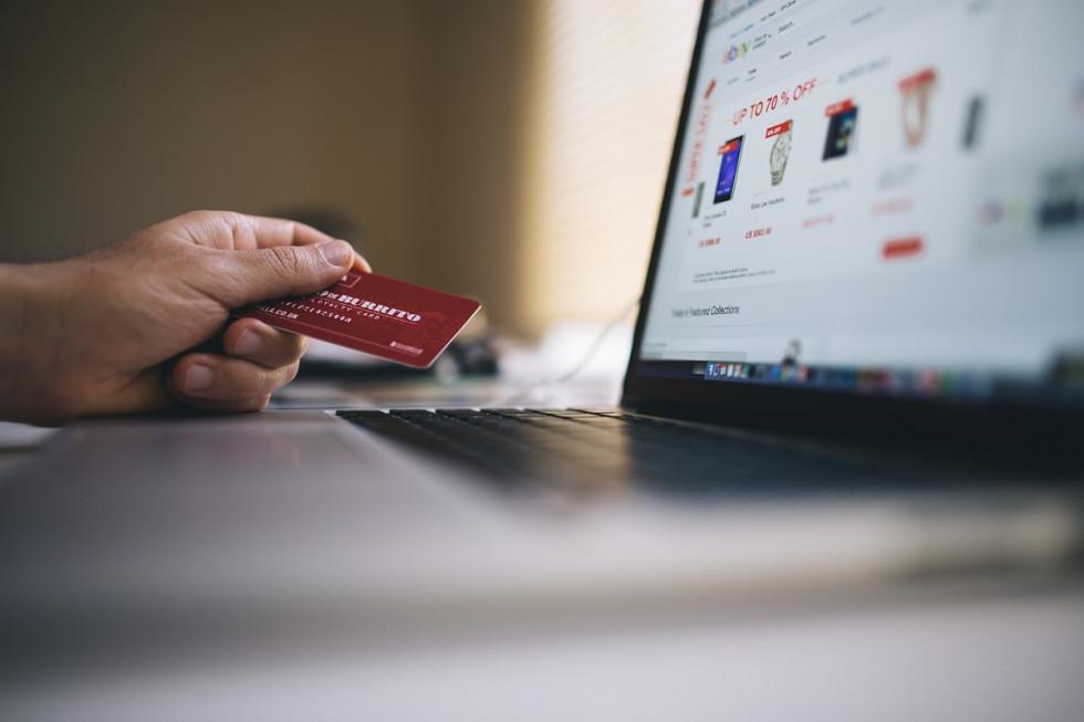 Płacenie kartą przez internet - Cenne porady i informacje