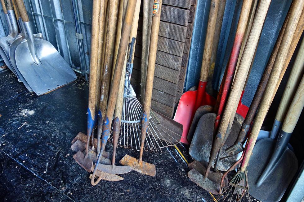 Jak samodzielnie zbudować z drewna schowek na narzędzia?