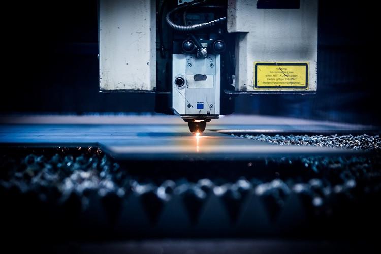 Obróbka CNC – jakie są zalety wykorzystania komputerów w produkcji?
