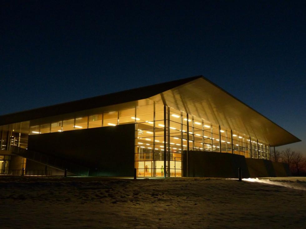 Lampy przemysłowe — jakie oświetlenie do hali magazynowej?