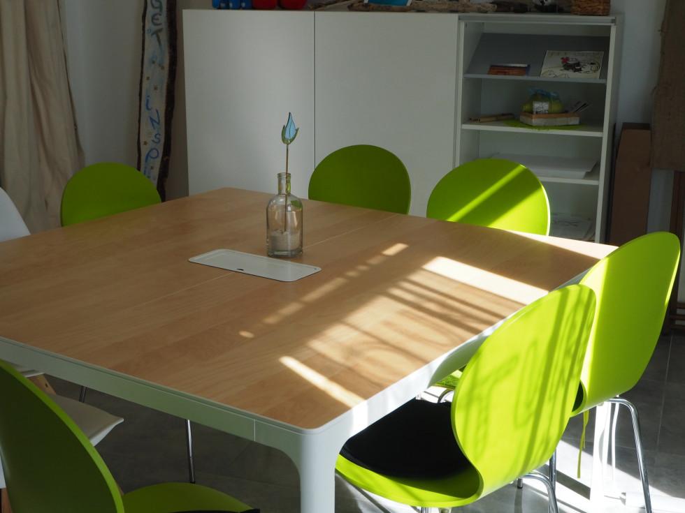 Stół drewniany na wymiar – czy sprawdzi się w małym mieszkaniu?