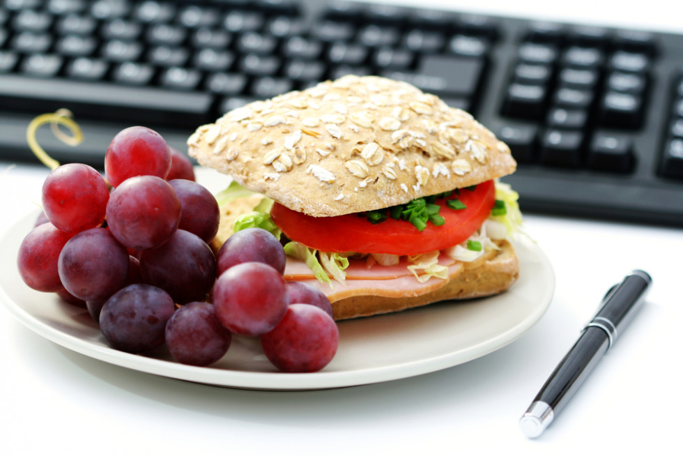 Jak zdrowo się odżywiać w pracy – praktyczne porady