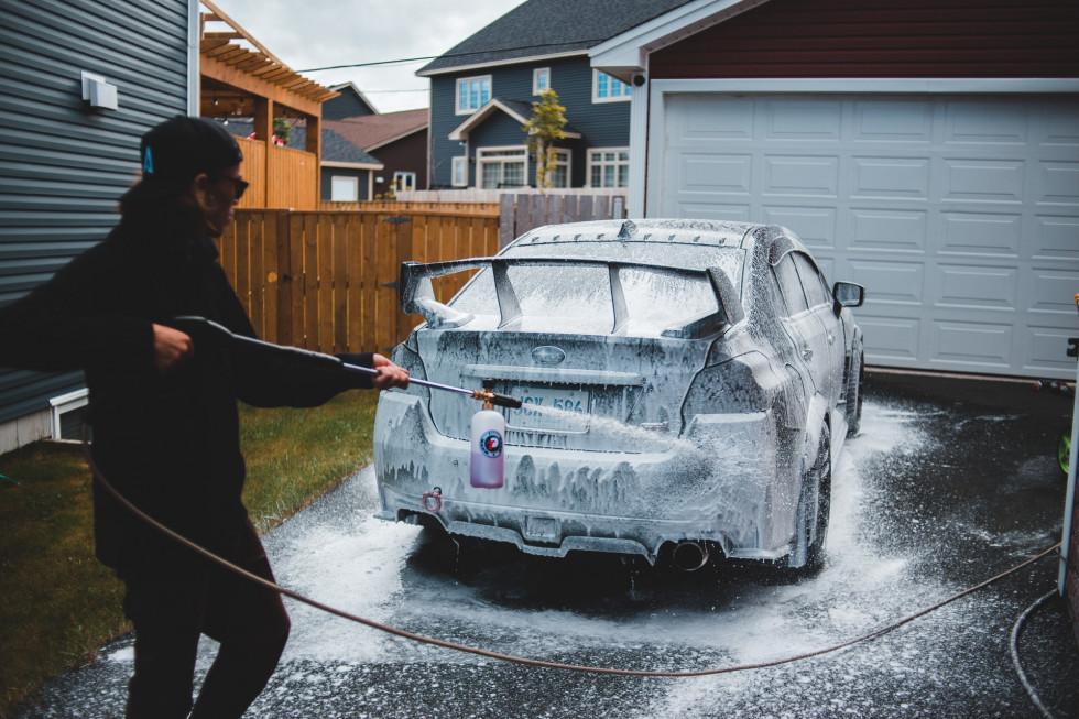Aktywna piana – jak może pomóc w utrzymaniu auta w czystości?