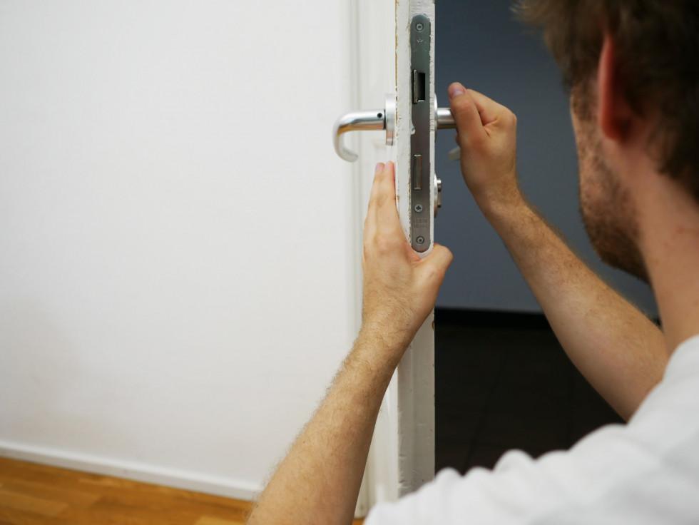 Awaryjne otwieranie mieszkań – kto się tym zajmuje?