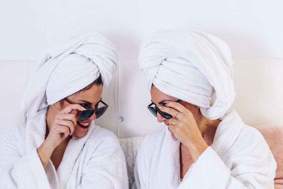 Co wybrać w wieczornej pielęgnacji: krem pod oczy czy serum nawilżające?